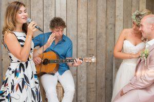 Lace en bruidspaar tijdens ceremonie in strandpaviljoen